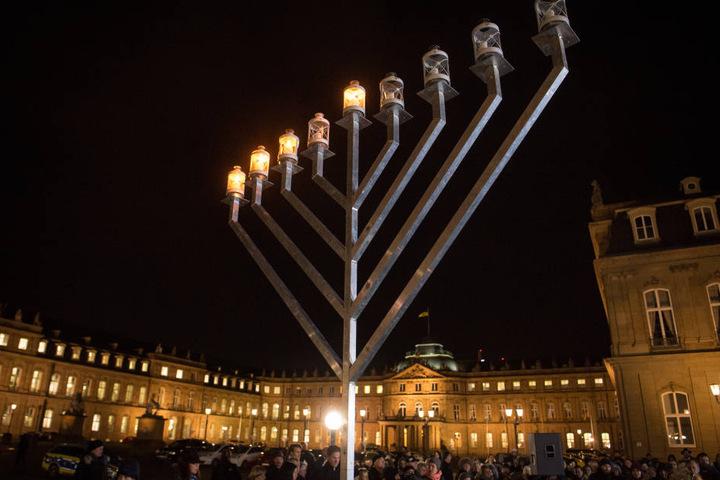 Die Chanukka-Lichter leuchten am 14.12.2017 vor dem Neuen Schloss in Stuttgart.