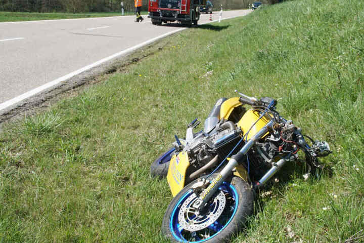 Der Fahrer verlor offenbar aufgrund zu hoher Geschwindigkeit die Kontrolle und flog aus der Kurve.