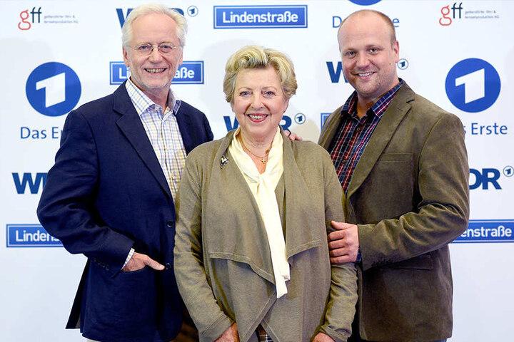 """1. September 2015: Joachim H. Luger, Marie-Luise Marjan und Moritz A. Sachs (v.li.) beim Fototermin in Köln zum 30. Jubiläum der """"Lindenstraße""""."""