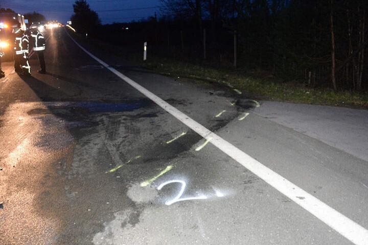 Auf der Straße ist deutlich zu sehen, wie die Autos durch den Aufprall geschoben wurden.