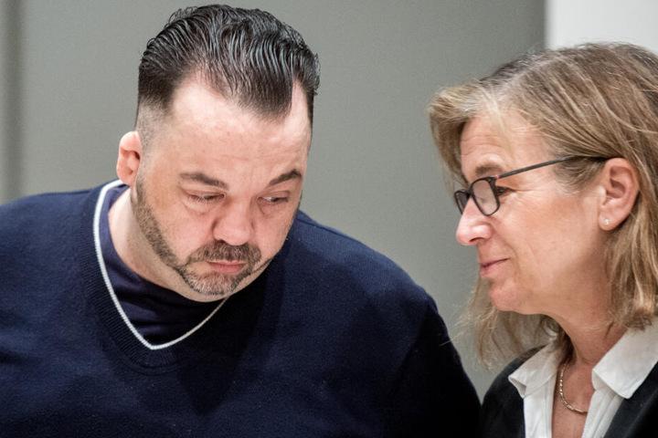 Der wegen Mordes verurteilte Niels Högel steht im Gerichtssaal neben seiner Anwältin Ulrike Baumann.