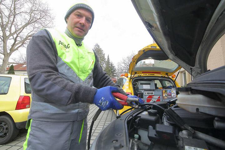 Tino Reinhold (46) vom ADAC hat viel zu tun: Denn Kälte lieben auch Autos nicht.