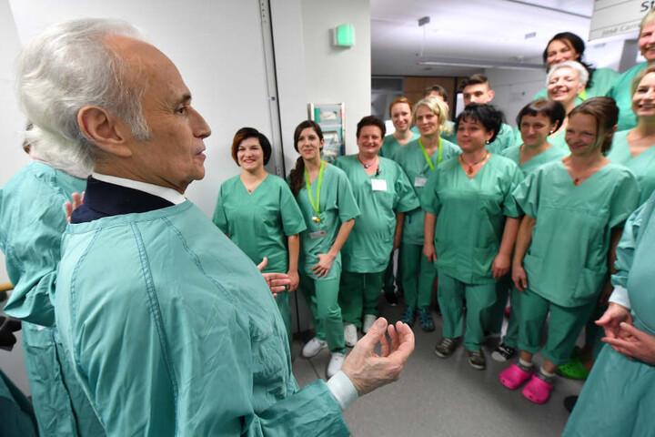 Auch den Ärzten und Krankenschwestern auf der Station stattete Carreras einen Besuch ab.