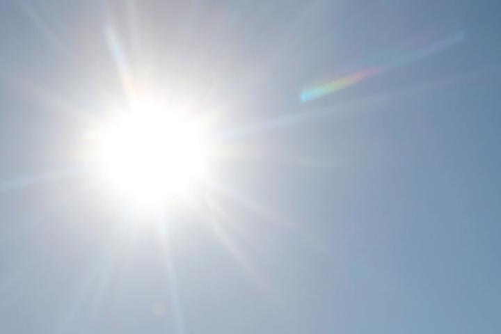 Sonneneinstrahlung, hohe Temperaturen und Schadstoffe lassen am Boden giftiges Ozon entstehen.