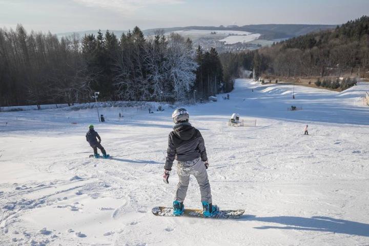 Endlich ist die Schneedecke dick genug. Der Augustusburger Skihang startet in die Saison.