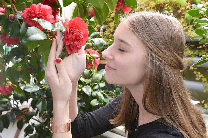 Kameliendame Linda Bahr (16) probiert schon mal aus, wie die Blume auf die blinden Gäste wirken wird.