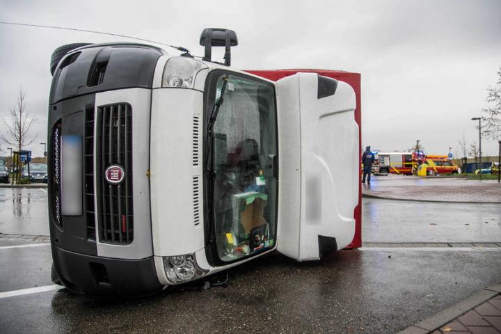 Auch diesen Fiat erfasste der Sturm und warf ihn um.