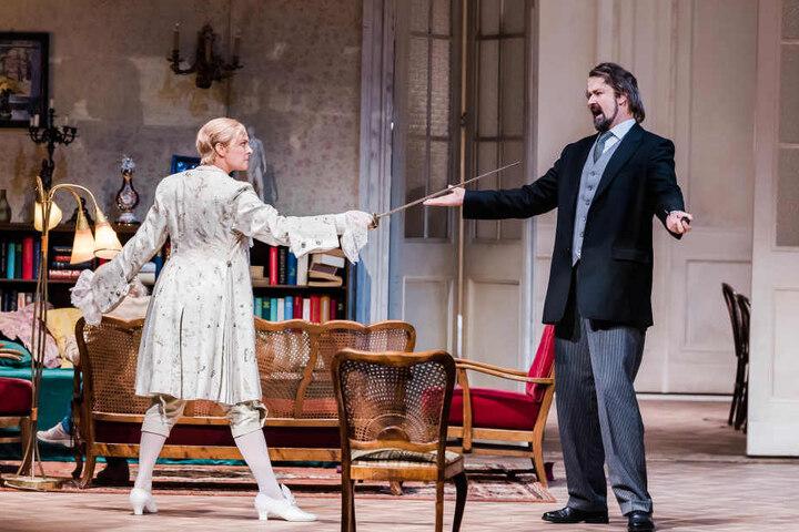 Octavian (Sylvia Rena Ziegler) fordert Baron Ochs (Christian Sist).
