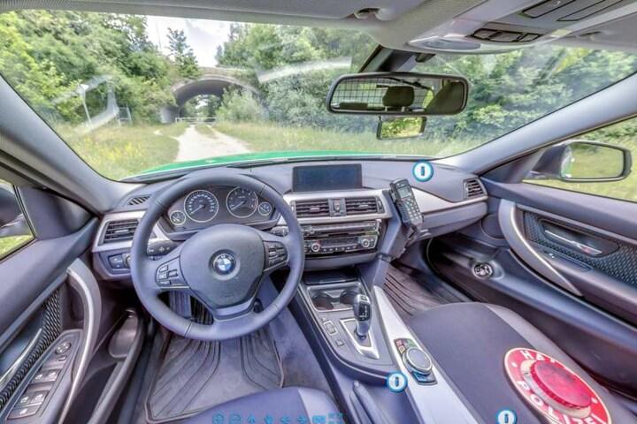 Die Polizei in München gibt einen 360-Grad-Einblick in einen Streifenwagen.