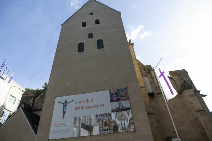 Archäologen waren bei Bauarbeiten für ein neues Kirchenzentrum an der Antoniterkirche überraschend auf die massiven Mauerreste gestoßen.
