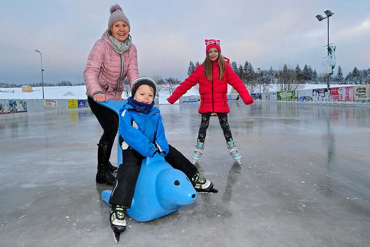 Neben einem kleinen Skihang bietet die Sportwelt Preußler in Seiffen aus eine Kunsteisbahn. Kathleen Bock (42) ging mit ihren Kindern Julian (3) und Helene (8) aufs Eis.