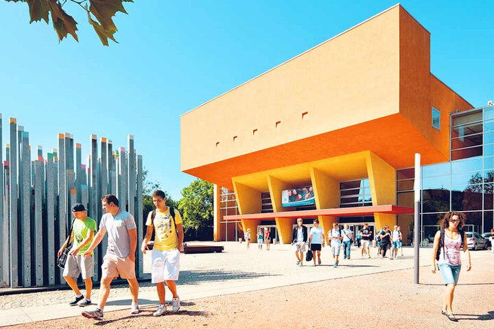 Die Orangerie, das wohl markanteste Gebäude des Campus. Hier sollte  eigentlich ein Turm stehen.