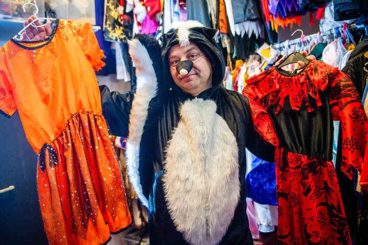 """Michael Schreinert (49) vom """"Clown Fridolin"""" präsentiert Stinktier-Kostüm und Hexen-Kleidchen."""