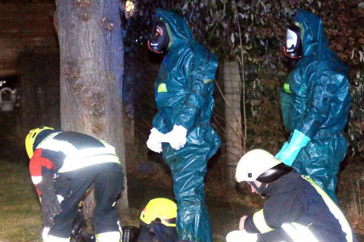 Die Feuerwehrmänner mussten mit sogenannten Chemikalienschutzanzügen arbeiten.
