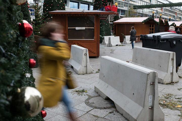 Schwere Betonsperren stehen an den Eingängen zum Weihnachtsmarkt an der Gedächtniskirche in Berlin.