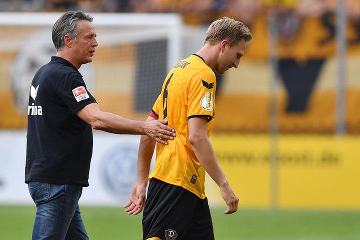 Marco Hartmann (r.) völlig am Ende. Trainer Uwe Neuhaus (l.) konnte ihn aber nicht runternehmen, Dynamo hatte schon drei Mal gewechselt.