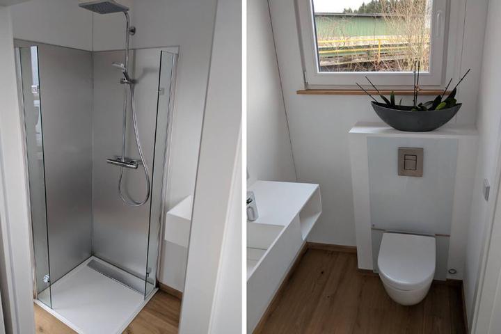 """Neben einer bodentiefen Dusche gibt es auch eine """"richtige"""" Toilette."""