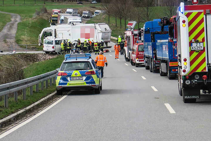 Auf der S283 in Kirchberg krachten ein Transporter und ein Lkw zusammen.