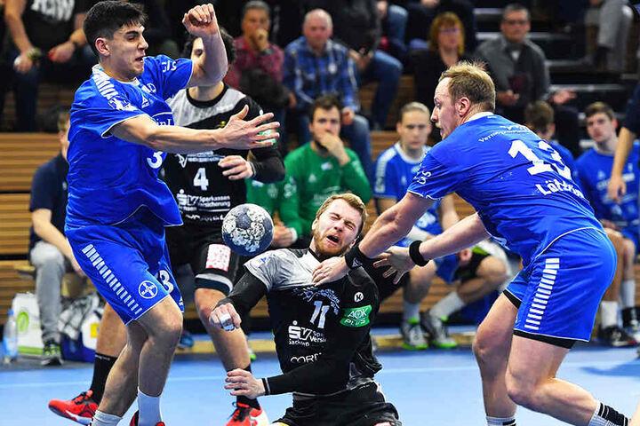 Der HC Elbflorenz ließ im Hinspiel gegen Bayer Dormagen viel zu viele Chancen liegen und ging - wie hier Arseniy Buschmann - im wahrsten Sinne des Wortes in die Knie. Rechts Dormagens Carl Löfström, der damals sieben Tore erzielte.
