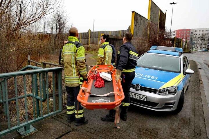 Rettungskräfte bringen eine Trage.