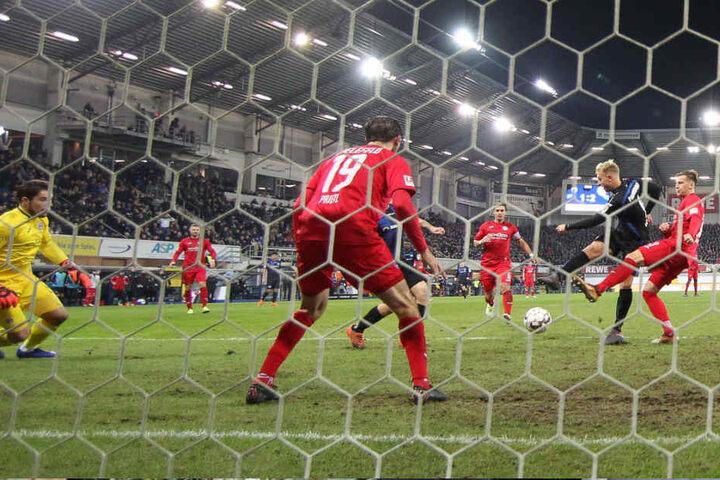 Julius Düker erzielte den 2:2-Ausgleich gegen Arminia Bielefeld.