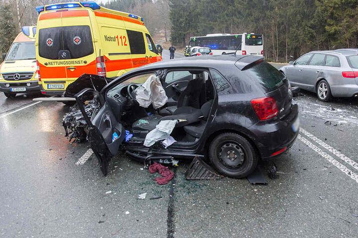 Der VW-Fahrer musste von der Feuerwehr befreit werden.