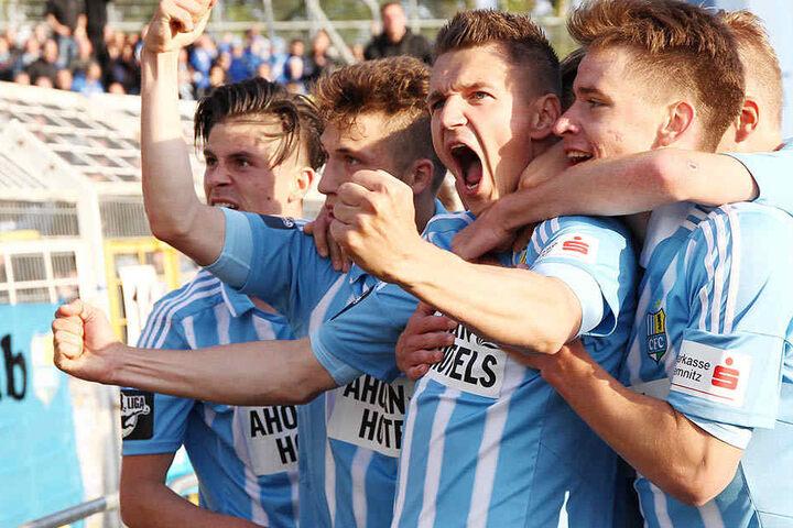Nach dem 2:1-Erfolg jubeln die Chemnitzer Spieler vorm Gäste-Fanblock.