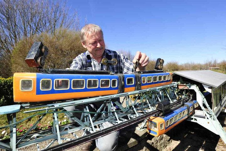 Techniker Manfred Wendler (65) hängt die Wuppertaler Schwebebahn ein