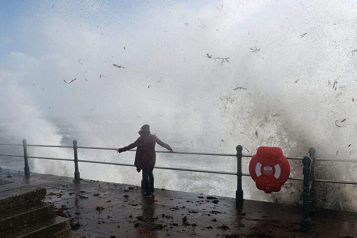Die Wellen treffen meterhoch auf die Ufermauer.