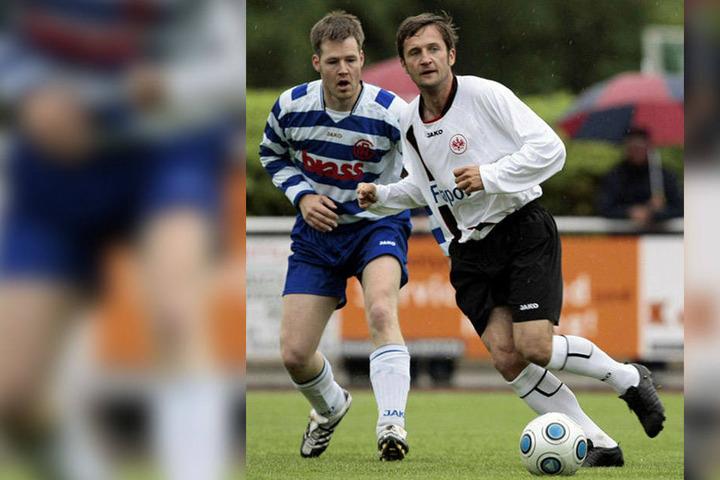 Thomas Sobotzik (r.) ist immer noch für die Traditionsmannschaft von Eintracht Frankfurt am Ball. Auch wenn der 43-Jährige immer noch gut in Schuss ist und von seinen fußballerischen Qualitäten nichts eingebüßt hat, kommt er als Neuzugang beim CFC wohl ni