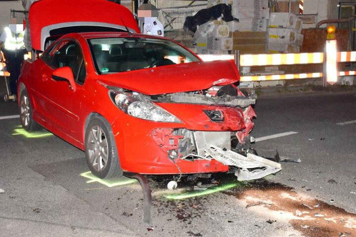 Der am Unfall beteiligte Peugeot wurde ebenfalls schwer mitgenommen.