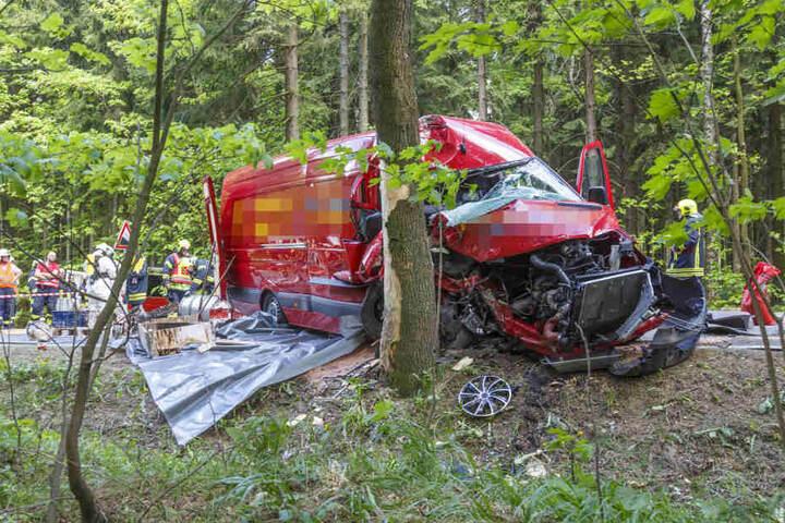 Der Transporter ist zwischen Neudorf und Crottendorf gegen einen Baum gefahren.
