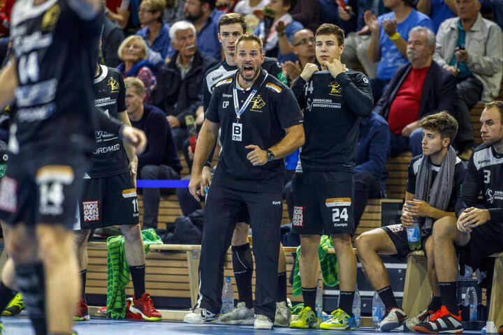 Trainer Christian Pöhler (Mitte) will mit seinen Spielern am Freitag im Kampfmodus sein.