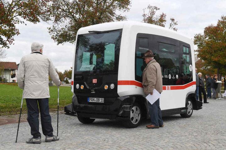 Bei der ersten Fahrt schauten einige Passaten noch kritisch in den Mini-Bus.