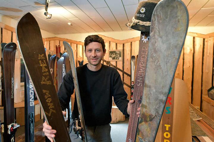 Skibauer André Voigt (37) mit dem weltweit ersten Carving-Ski (links) und  einem heutigen Ski mit Schiefer-Furnier.