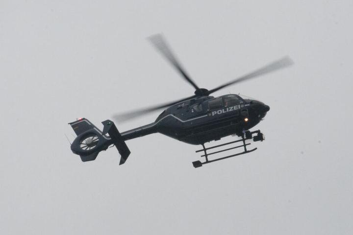 Ein Polizeihubschrauber war ebenfalls an der Suche beteiligt (Symbolbild).