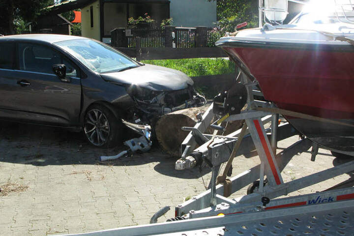 Der Citroën rammte einen Baum, drei Anhänger und ein Boot.