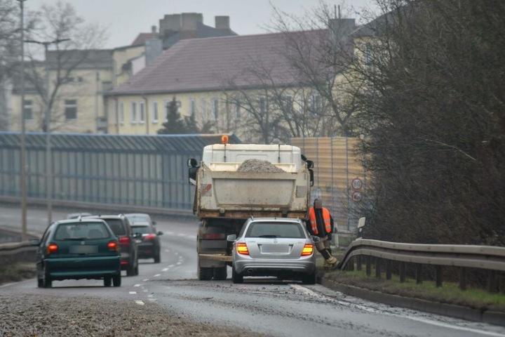 Nach dem Unfall steht der Kipplaster auf dem Magdeburger Ring.