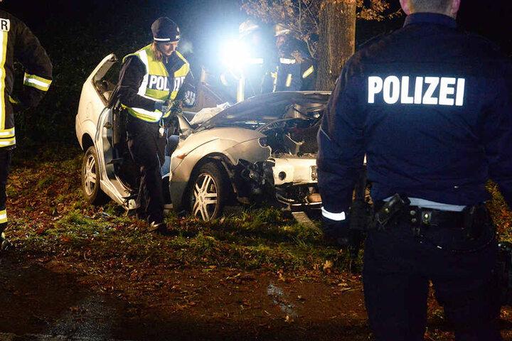 Die Polizei sperrte die Straße für etwa drei Stunden ab.