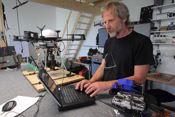In seiner Werkstatt baut und programmiert der Hexapilots-Chef seine Drohnen.