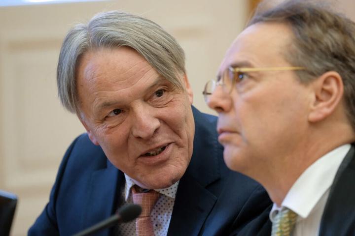 Journalist Uwe Müller (l.) neben seinem Anwalt Christoph Partsch. Ein Verlagshaus klagt seit Jahren auf die Herausgabe der Bundeswehrakten, das zuständige Verteidigungsministerium lehnt das ab. In letzter Instanz verhandelt das BVG.