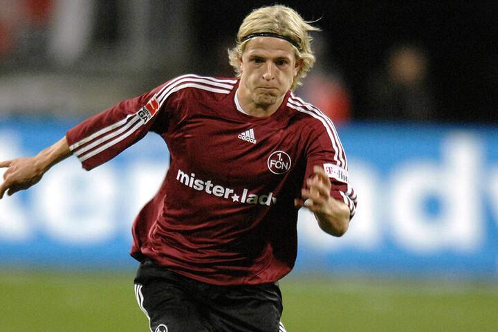 Lange, blonde Haare und Stirnband: Nicky Adler im Trikot des 1. FC Nürnberg.