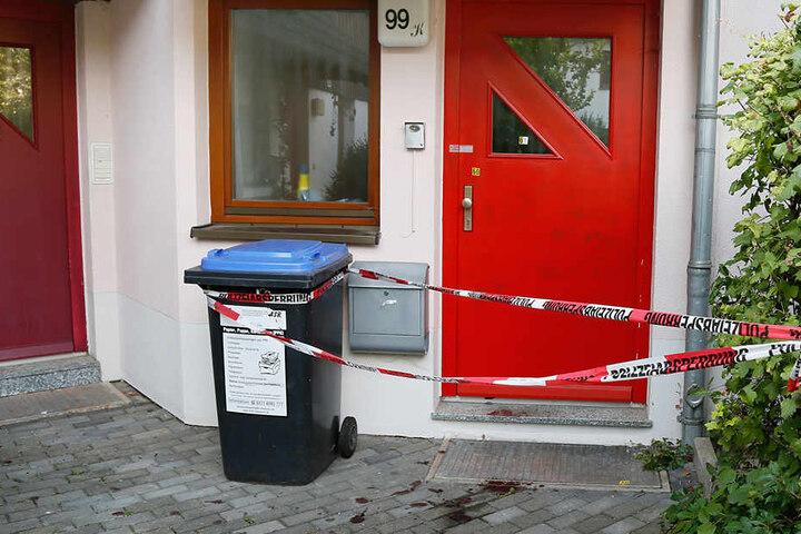 Die verletzte Frau konnte sich aus ihrem Haus zu den Nachbarn schleppen. Die alarmierten die Polizei und Notarzt.