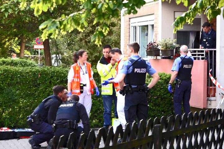 Polizei und Rettungskräfte kümmern sich um die Verletzten und nehmen den Täter fest.
