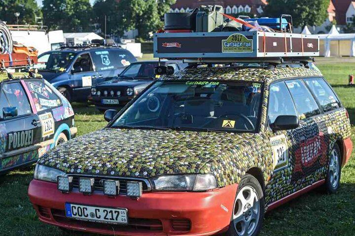 Mit Hunderten Kronkorken ist das Uraltfahrzeug mit der Startnummer 32  beklebt.