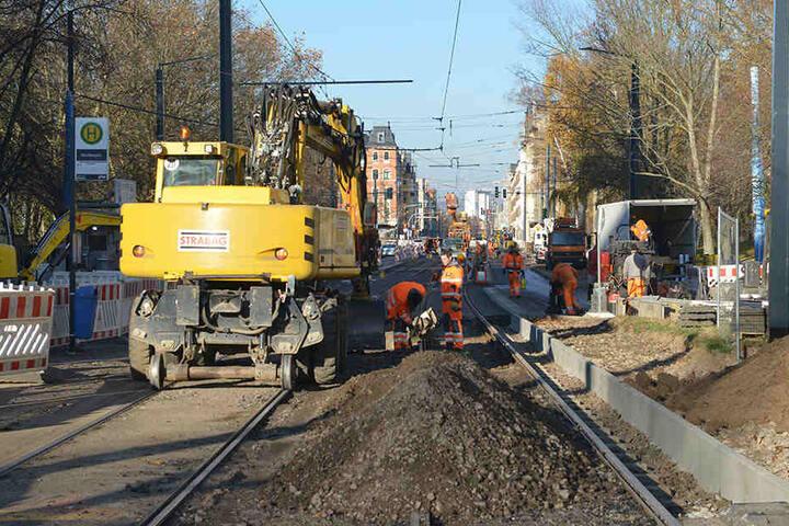 Dieses Jahr nicht ganz fertig: Auf der Straßenbahn-Trasse Bernsdorf müssen 2019 neue Leitungen verlegt werden.