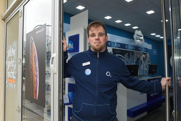 """Sebastian Kiesewetter (33) vom """"O2-Shop"""" kann wegen der schmalen Gehwege keine Werbetafeln mehr aufstellen."""
