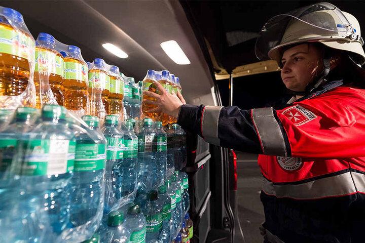 Die Feuerwehr kam zur Hilfe, um wartende Autofahrer mit Getränken zu versorgen.