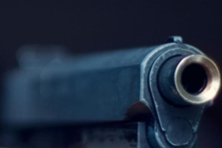 Der Vater zielte mit einer Waffe auf seinen Sohn. (Symbolbild)