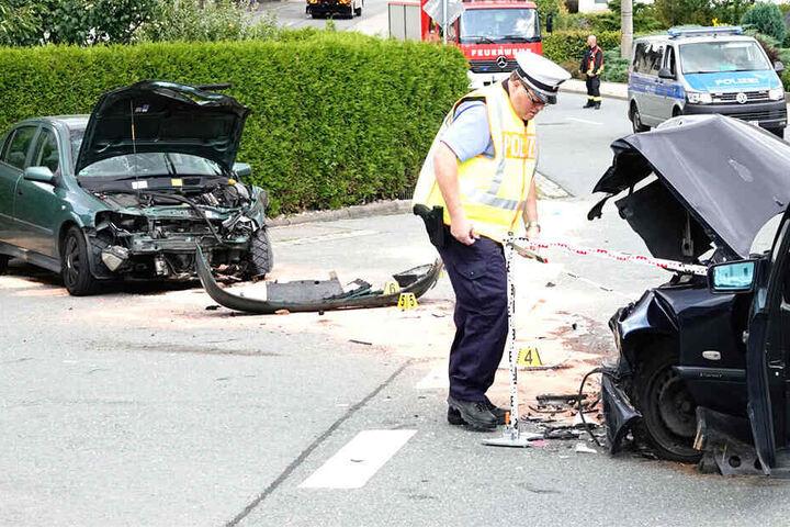 Sowohl der Mercedes als auch der Opel wurden stark beschädigt.